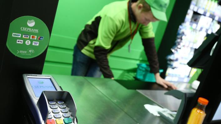 Купи товар и сними деньги: Сбербанк и Альфа-Банк запустили покупки с выдачей наличных