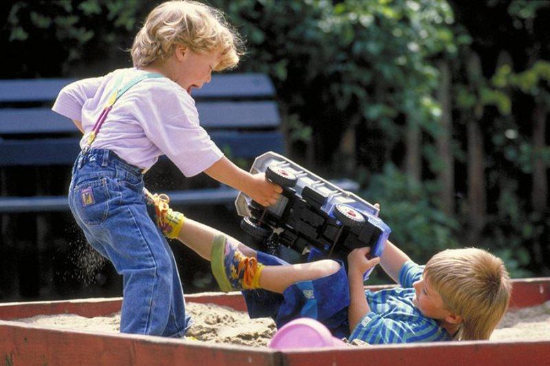 Отнять у детей, чтобы построить дороги и порты. Поддержку семей с детьми урезали